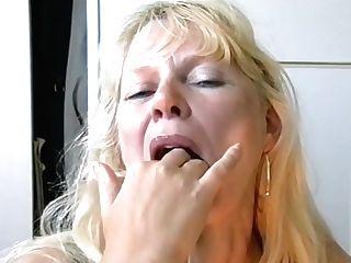 La Compilation Vidéo D'une Vieille Qui Aime Gober Le Sperme...